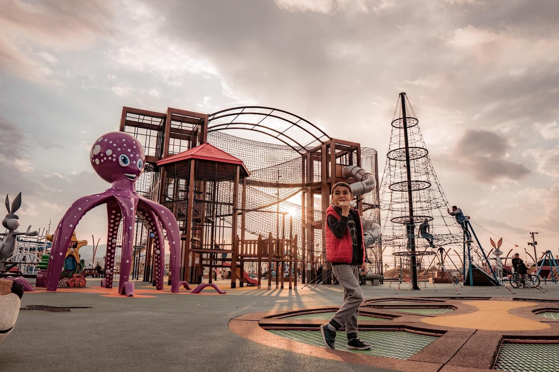 Jak zamontować plac zabaw, aby był bezpieczny i zgodny z normami?